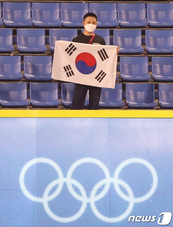 [사진] 한국-도미니카 야구전, 태극기 들고 응원