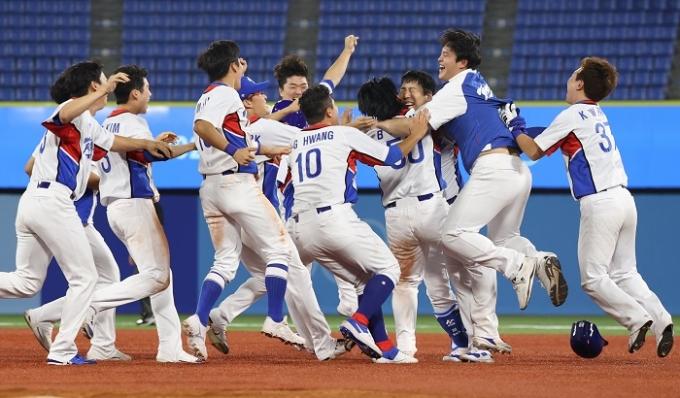 한국 야구대표팀이 1일 오후 일본 가나가와현 요코하마 스타디움에서 열린 도미니카 공화국과의 2020도쿄올림픽 야구 녹아웃 스테이지 1라운드에서 9회말 3점을 뽑아내는 대역전극을 펼치며 4-3으로 승리했다. /사진=뉴스1
