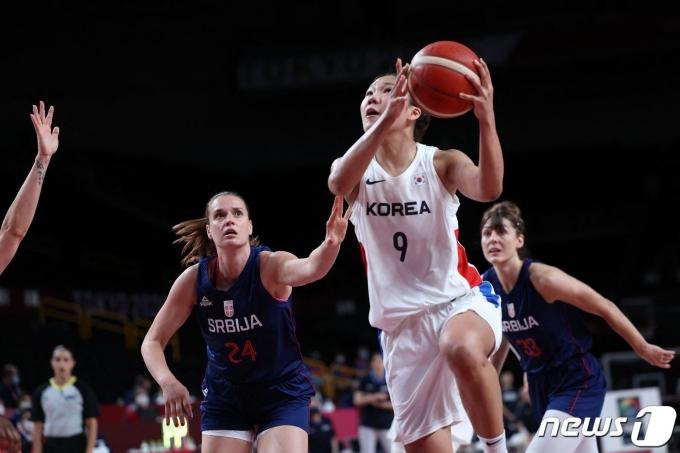 한국과 세르비아의 여자 농구 경기 모습 © AFP=뉴스1