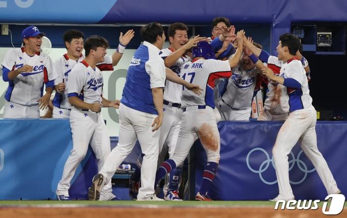 1일 저녁 일본 가나가와현 요코하마 스타디움에서 열린 '2020 도쿄올림픽' 대한민국과 도미니카공화국의 야구경기 9회말 원아웃 2루 주자 박해민이 이정후의 안타로 홈인해 기뻐하고 있다. 2021.8.1/뉴스1 © News1 송원영 기자