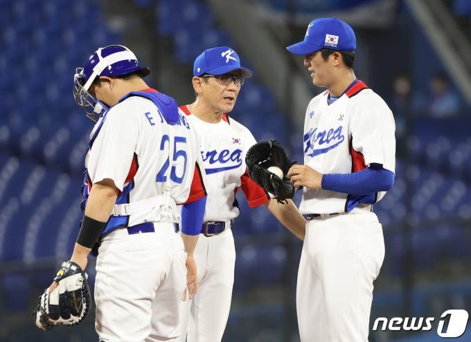 1일 저녁 일본 가나가와현 요코하마 스타디움에서 열린 '2020 도쿄올림픽' 대한민국과 도미니카공화국의 야구경기 1회초 선발 투수 이의리와 코치, 양의지가 대화를 하고 있다. 2021.8.1/뉴스1 © News1 송원영 기자