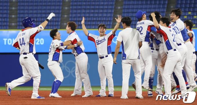 1일 저녁 일본 가나가와현 요코하마 스타디움에서 열린 '2020 도쿄올림픽' 대한민국과 도미니카공화국의 야구경기에서 9회말 역전승을 거둔 한국 대표팀 선수들이 기뻐하고 있다. 2021.8.1/뉴스1 © News1 송원영 기자