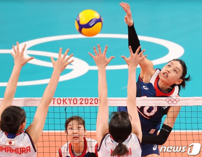 31일 저녁 일본 도쿄 아리아케 아레나에서 열린 '2020 도쿄올림픽' 여자 배구 A조 조별리그 4차전 대한민국과 일본의 경기에서 김연경이 공격을 하고 있다. 이날 한국은 일본을 상대로 세트스코어 3대2로 승리했다. 2021.7.31/뉴스1 © News1 송원영 기자