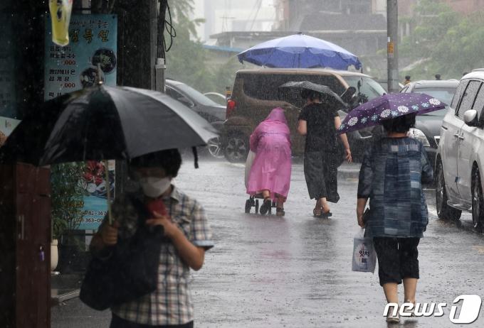 1일 오전 서울 서대문구의 한 거리에서 시민들이 우산을 쓴 채 발걸음을 재촉하고 있다.  2021.8.1/뉴스1 © News1 조태형 기자