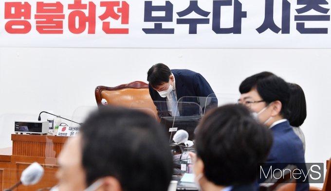 [머니S포토] 野 초선 의원 앞 인사하는 잠룡 '윤석열'