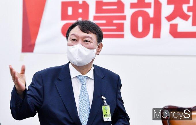 [머니S포토] 의워들 앞 발언하는 잠룡 '윤석열'