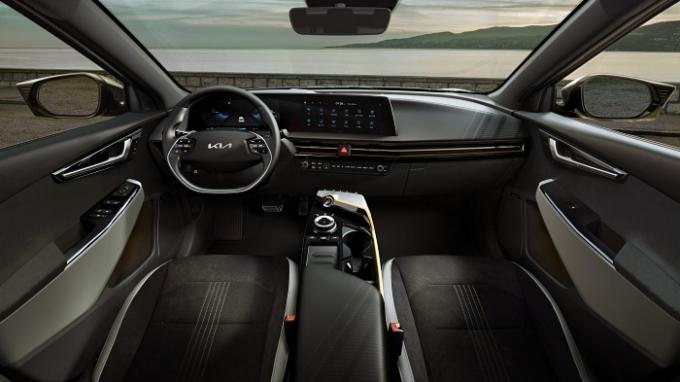 특히 EV6 롱 레인지(항속형) 모델에는 77.4kWh 배터리가 장착돼 1회 충전 시 산업부 인증 기준 최대 주행거리가 475km(2WD, 19인치 휠, 빌트인 캠 미적용 기준)에 달한다. /사진제공=기아