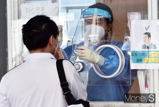 서울시 중구에 마련된 임시선별검사소에서 검사를 받는 시민 모습. /사진=임한별 기자