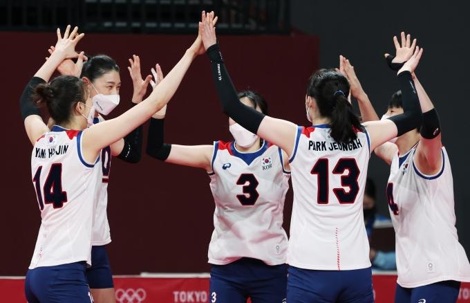 여자 배구대표팀이 2일 오전 일본 도쿄 아리아케 아레나에서 열린 2020도쿄올림픽 여자 배구 조별리그 A조 5차전 대한민국과 세르비아의 경기에서 세트스코어 0-3으로 패했다. /사진= 뉴스1