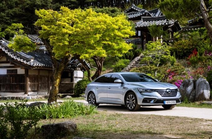 르노삼성자동차가 SM6 구매 고객에게 한 단계 더 높은 트림의 차종을 제공하는 'SM6 프리 업그레이드' 프로모션을 8월에도 이어간다고 2일 밝혔다. /사진제공=르노삼성자동차
