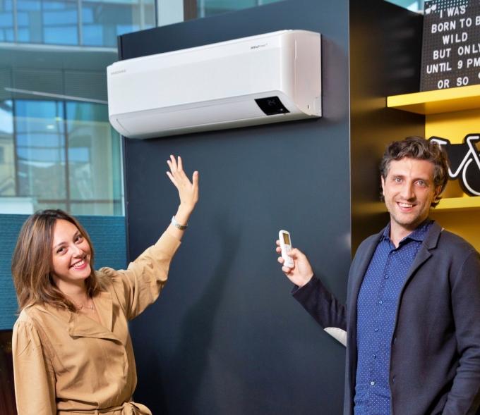 삼성전자 직원이 이탈리아 법인 내의 스마트홈 쇼룸에서 무풍에어컨을 소개하고 있다. / 사진=삼성전자