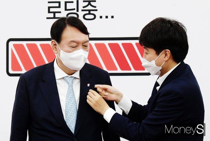 [머니S포토] 野 잠룡 윤석열 뱃지 달아주는 이준석 국힘 대표