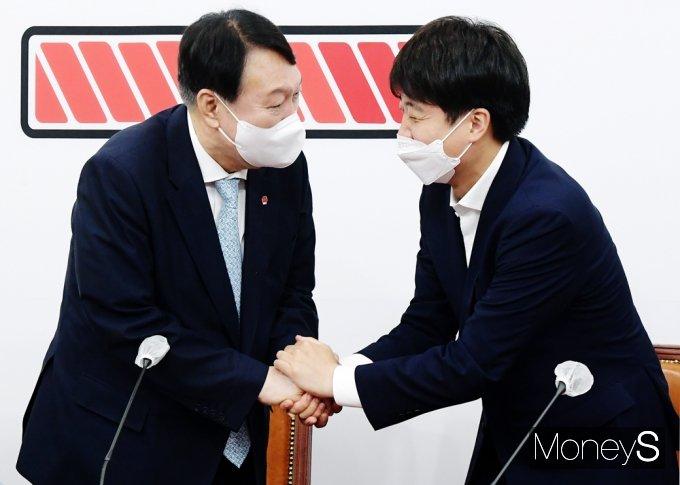 [머니S포토] 한자리에 만난 두사람, 윤석열·이준석 예방