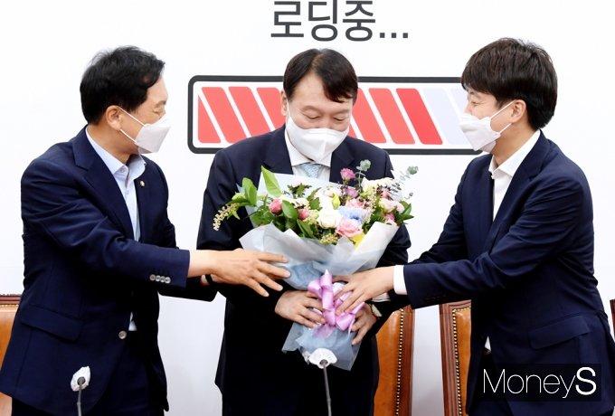 [머니S포토] 국민의힘 입당한 野 잠룡 윤석열