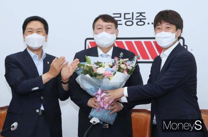 [머니S포토] 국민의힘 투톱 만난 野 잠룡 윤석열