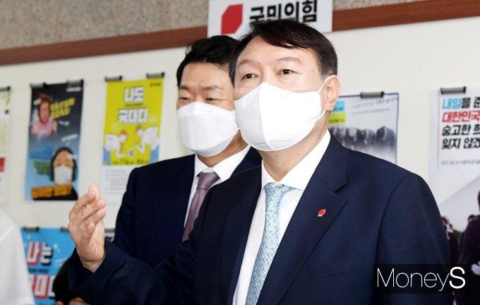 [머니S포토] 취재진 질문 답하는 野 잠룡 '윤석열'