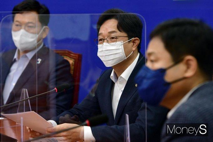 [머니S포토] 윤석열 전 검찰총장 인터뷰 발언 비판하는 강병원 의원