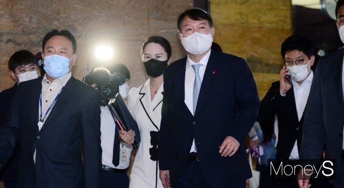 [머니S포토] 국회 나서는 野 잠룡 윤석열