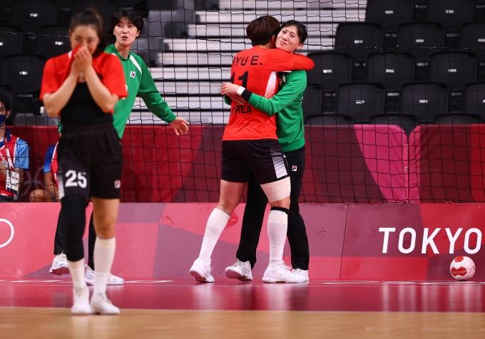 2일 일본 도쿄 요요기 국립체육관에서 열린 여자 핸드볼 A조 조별 최종전 앙골라와의 경기에서 한국이 동점골을 넣고 기뻐하고 있다. /사진= 로이터