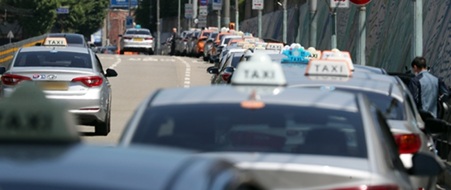 정부가 택시기사 8만여명에게 1인당 80만원을 지원하겠다고 밝혔다. 사진은 지난달 25일 서울역 인근 도로에 택시들이 길게 줄지어 승객을 기다리는 모습이다./사진=뉴스1