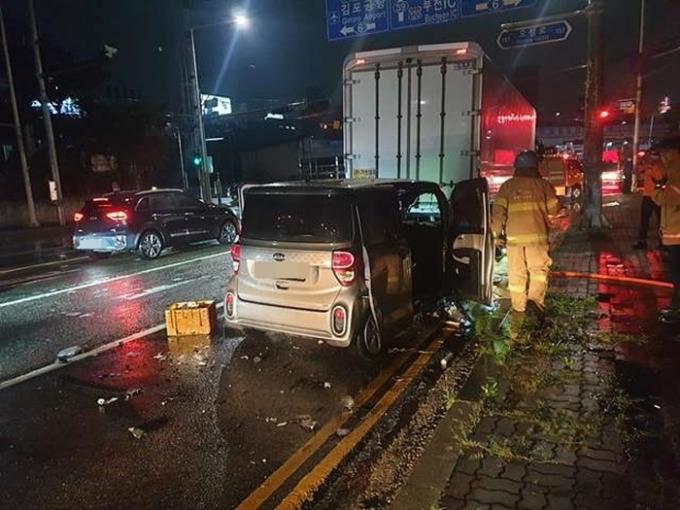 한 운전자가 도로에서 신호 대기 중이던 트럭을 추돌한 후 동승자인 척 발뺌하다가 뒤늦게 실토했다. /사진=뉴스1(경기부천소방서 제공)