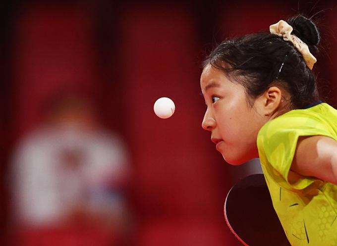 한국 여자 탁구대표 신유빈이 2일 오전 일본 도쿄체육관에서 열린 폴란드와의 2020도쿄올림픽 단체전 16강에서 경기를 치르고 있다. 한국은 폴란드를 꺾고 8강 진출했다. /사진= 로이터