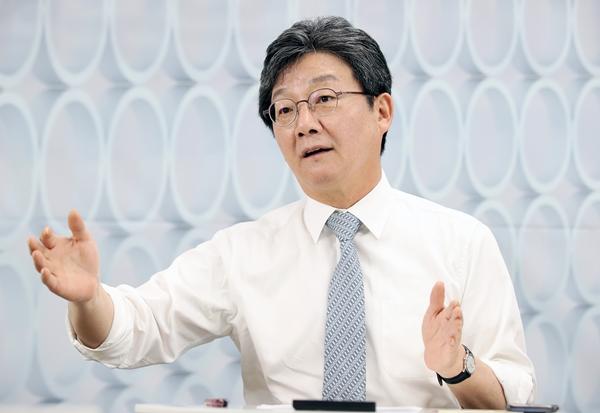 유승민 전 의원이 윤석열 전 검찰총장의 '부정식품' 발언을 비판했다. 사진은 유승민 전 의원이 지난달 22일 인터뷰를 하는 모습이다. /사진=뉴시스