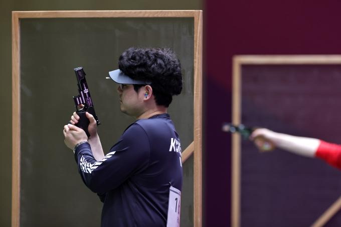 2일 한국 사격 대표 한대윤(사진)이 2020도쿄올림픽 도쿄 아사카 사격장에서 열린 남자 25m 속사권총 본선 2일차에서 3위를 기록해 한국인 최초로 해당 종목 결선 진출에 성공했다. /사진=로이터