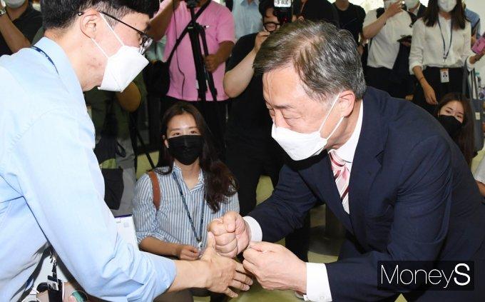[머니S포토] 취재원과 인사 나누는 최재형 전 감사원장