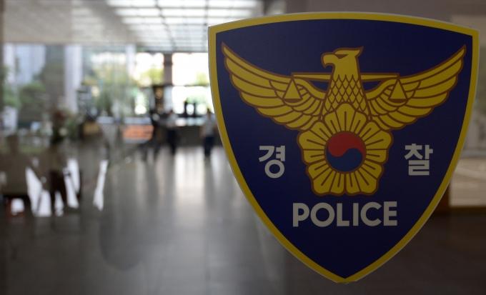문을 두드렸다는 이유로 집주인을 난간으로 떨어뜨린 세입자가 2일 경찰에 체포됐다. /사진=뉴시스