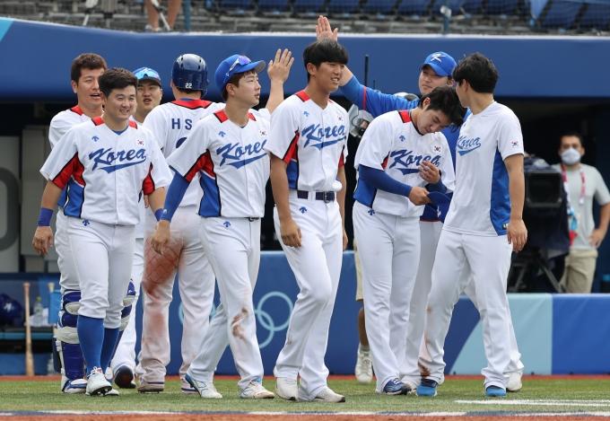 한국 야구대표팀은 2일 오후 도쿄 가나가와현 요코하마 스타디움에서 열린 2020도쿄올림픽 야구 녹아웃 스테이지 2라운드 이스라엘전 7회말 콜드게임으로 승리한 후 기뻐하고 있다. /사진= 뉴스1