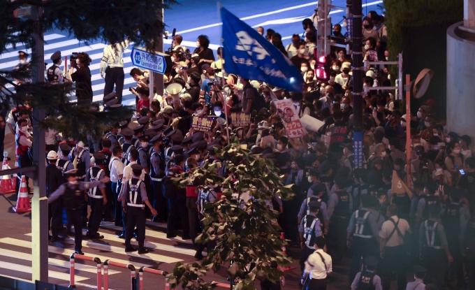 2020도쿄올림픽 관계자들의 코로나19 확진자 수가 연일 급증하는 상황에서 지난달 말 선수촌 내에서 있었던 대규모 음주 사건에 대해 세계 언론이 주목하고 있다. 사진은 지난달 23일 올림픽 개막식이 열리는 도쿄 신주쿠 국립경기장 인근에서 올림픽에 반대하는 시위자들. /사진=뉴시스