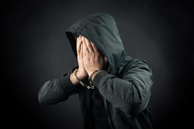 아파트에 택배기사를 가장해 들어간 후 가스총을 발사하는 등 강도상해 혐의를 받는 20대 남성이 2일 경찰에 체포됐다. 사진은 기사 내용과 무관함. /사진=이미지투데이