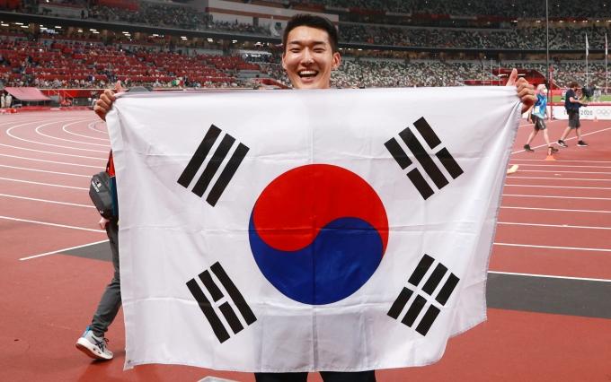 우상혁(25·국군체육부대)이 지난 1일 오후 도쿄 올림픽스타디움에서 열린 2020도쿄올림픽 남자 높이뛰기 결승전에서 2.35m를 넘으며 한국 육상 높이뛰기 신기록을 세웠다. 사진은 지난 1일 결승전 직후 세리머니를 하는 우상혁. /사진=뉴스1