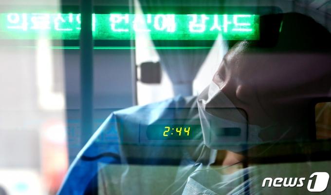 2일 오후 서울 영등포구 여의도공원에 마련된 임시선별진료소 종사자 휴게지원 차량에서 의료진이 휴식을 취하고 있다. (다중노출 촬영) 2021.8.2/뉴스1 © News1 이동해 기자