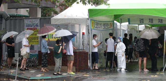 2일 오전 0시부터 오후 6시까지 서울 코로나19 확진자는 250명이다. 사진은 대전 서구보건소에 설치된 선별진료소에서 코로나19 검사를 기다리는 시민들 모습. /사진=뉴스1