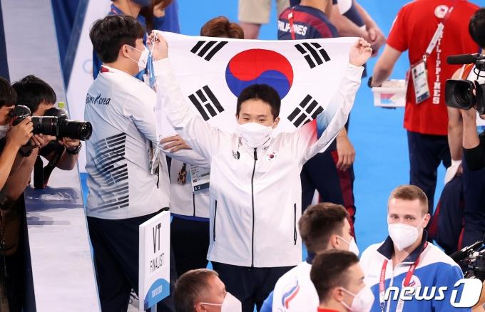 [사진] '금메달' 신재환, 태극기 펼쳐보이며