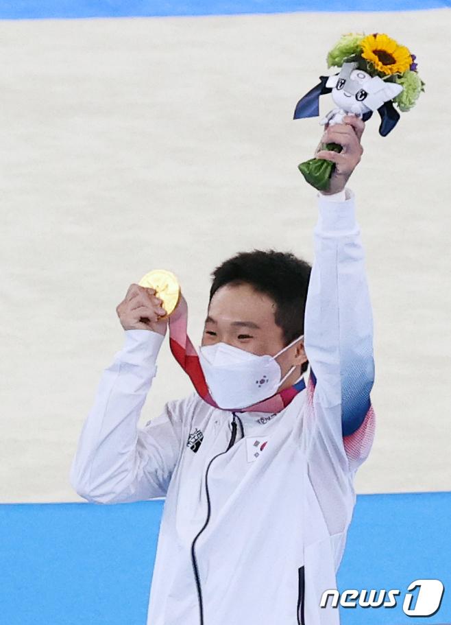 [사진] 대한민국 6번째 금메달 들어올린 신재환