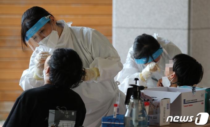 초등학교 학생들이 PCR 검사를 받고 있다./뉴스1 © News1 김기태 기자