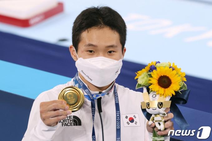 대한민국 체조 신재환이 2일 오후 일본 도쿄 아리아케 체조경기장에서 열린 '2020 도쿄올림픽' 남자 도마 결선에서 금메달을 목에 걸고 기뻐하고 있다. 신재환은 1·2차 시기 평균 14.783점을 획득하며 금메달을 따냈다. 2021.8.2/뉴스1 © News1 올림픽사진취재단