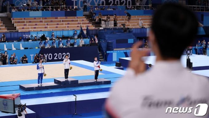 대한민국 체조 신재환이 2일 오후 일본 도쿄 아리아케 체조경기장에서 열린 '2020 도쿄올림픽' 남자 도마 결선에서 금메달을 목에 걸고 기뻐하자 양학선이 박수를 보내고 있다. 신재환은 1·2차 시기 평균 14.783점을 획득하며 금메달을 따냈다. 2021.8.2/뉴스1 © News1 올림픽사진취재단