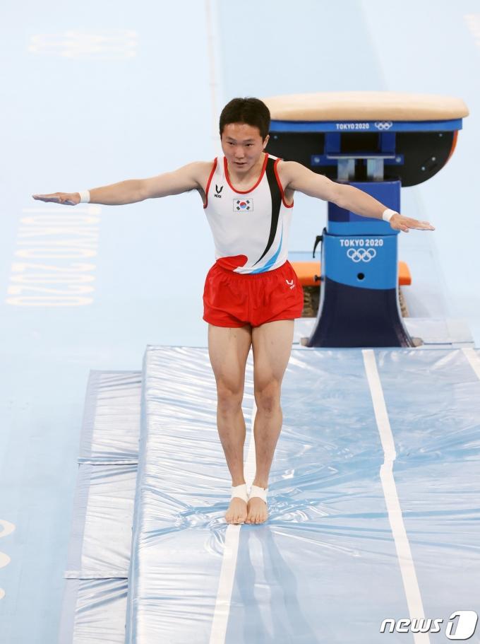 대한민국 체조 신재환이 2일 오후 일본 도쿄 아리아케 체조경기장에서 열린 '2020 도쿄올림픽' 남자 도마 결선에서 연기를 펼치고 있다. 신재환은 1·2차 시기 평균 14.783점을 획득하며 금메달을 목에 걸었다. 2021.8.2/뉴스1 © News1 올림픽사진취재단
