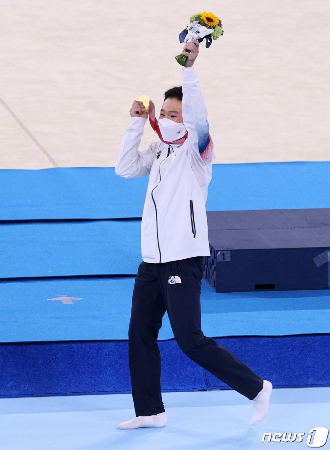[사진] 한국 체조 사상 두번째 금메달 목에 건 신재환