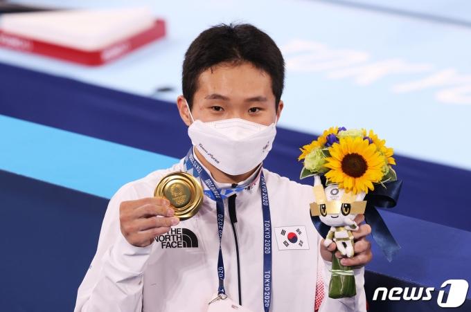 대한민국 체조 신재환이 2일 오후 일본 도쿄 아리아케 체조경기장에서 열린 '2020 도쿄올림픽' 남자 도마 결선에서 금메달을 목에 걸고 기뻐하고 있다. 신재환은 1·2차 시기 평균 14.783점을 획득하며 금메달을 목에 걸었다. 2021.8.2/뉴스1 © News1 올림픽사진취재단