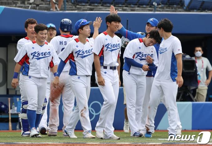 2일 오후 도쿄 가나가와현 요코하마스타디움에서 열린 야구 녹아웃 스테이지 2라운드 이스라엘전 7회말 콜드게임으로 승리해 기뻐하고 있 다. 이날 대한민국은 이스라을을 상대로 11대1 콜드게임으로 승리했다. 2021.8.2/뉴스1 © News1 송원영 기자