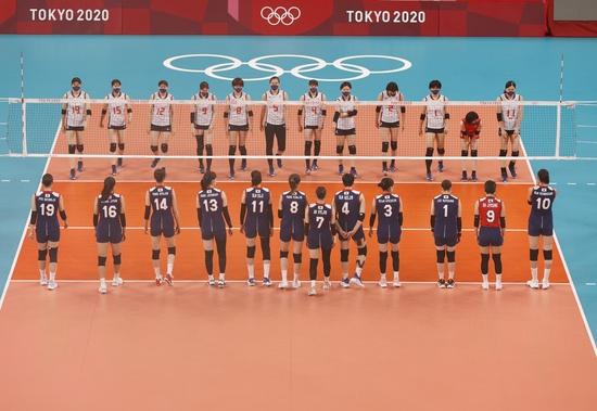 일본 여자배구가 2일 도미니카공화국에 패하며 2020도쿄올림픽 8강 진출에 실패했다. 사진은 지난달 31일 한국과 일본의 조별리그 경기에 앞서 도열해 있는 모습. /사진=로이터