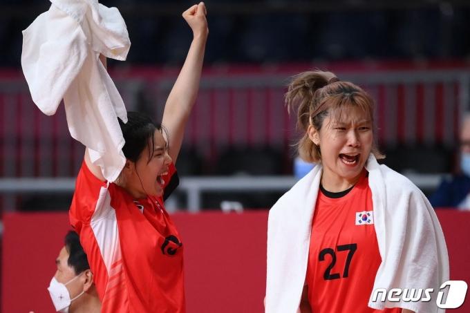 한국 여자 핸드볼이 2020 도쿄 올림픽에서 극적으로 8강에 올랐다. © AFP=뉴스1