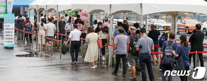 2일 오전 서울 중구 서울역에 마련된 신종 코로나바이러스 감염증(코로나19) 임시선별검사소를 찾은 시민들이 길게 줄을 서 차례를 기다리고 있다. 2021.8.2/뉴스1 © News1 민경석 기자