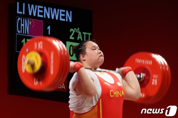 [사진] 올림픽 신기록 세우는 중국 여자 역도 리원원