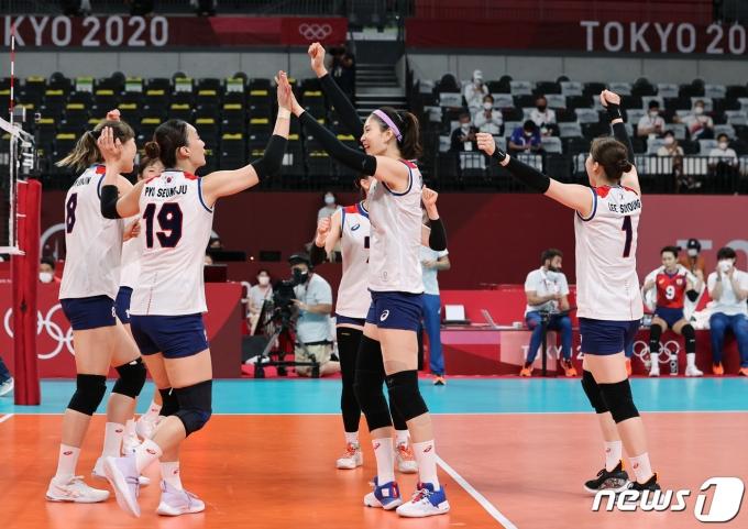 배구 대표팀 선수들이 대한민국 배구대표팀 선수들이 2일 오전 일본 도쿄 아리아케 아레나에서 열린 '2020 도쿄올림픽' 여자 배구 조별리그 A조 5차전 대한민국과 세르비아의 경기에서 득점에 성공한 후 기뻐하고 있다. 2021.8.2/뉴스1 © News1 이재명 기자